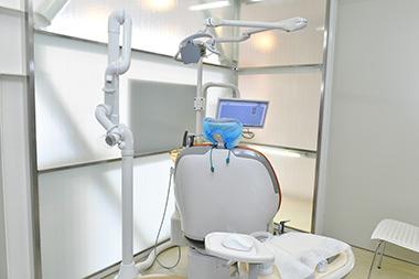 口腔外バキューム装置を設置。 診療室の空気の汚染を防止します。